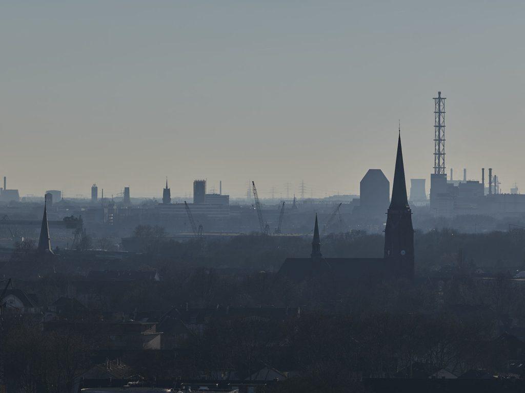 Blick über Duisburg, im Vordergrund St. Michael