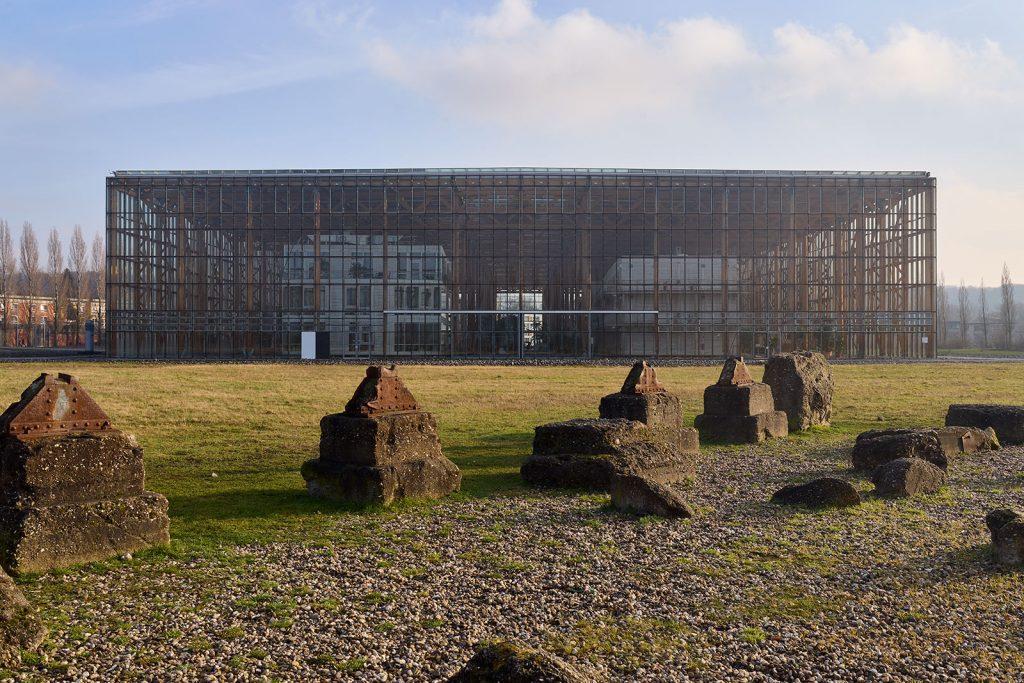 Akademie Mont-Cenis in Herne-Sodingen, im Vordergrund Landschaftsarchitektur aus Resten der Zeche Mont Cenis