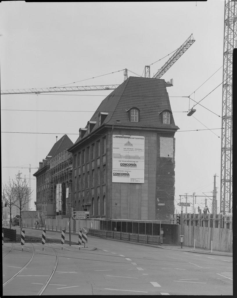 Die Fassade der Alten Post neben dem HBF Dortmund, der Rest wurde für den Neubau des NH-Hotels abgerissen. Im Hintergrund das Harenberg City-Center im Bau.
