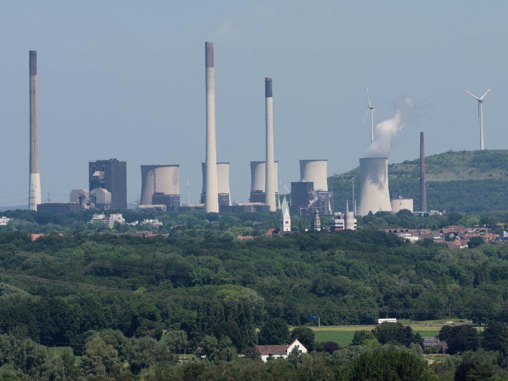 Kraftwerk Scholven, vom Tetraeder in Bottrop aus gesehen: Scholven war das größte Kraftwerk in Westdeutschland.